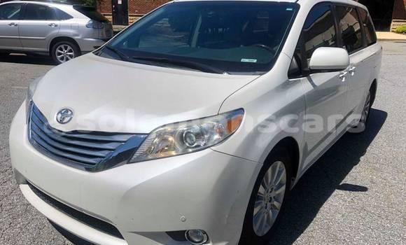 Buy Import Toyota Sienna White Car in Honiara in Guadalcanal